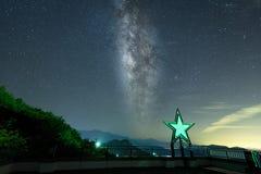 与山脉的美好的银河星系背景 高处山峰图象 免版税库存照片