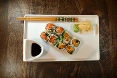 与山葵、姜和酱油的辣金枪鱼卷 免版税库存图片
