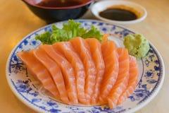 与山葵和调味汁的三文鱼鱼在桌木头在餐馆 免版税库存图片