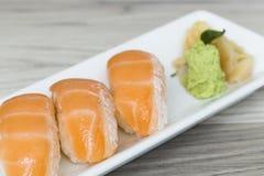 与山葵的三文鱼寿司 图库摄影