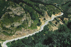 与山路的美丽如画的白云岩横向 高加索,俄国 免版税库存图片