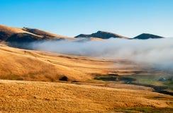 与山雾的干旱的风景 库存图片
