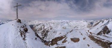 与山顶十字架的Similaun冰川在冬天在奥地利 免版税库存图片