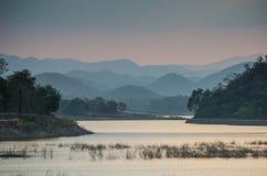 与山的日落 库存图片