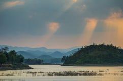 与山的日落 免版税库存照片