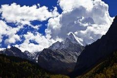 与山高原的蓝天 免版税库存图片
