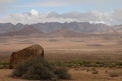 与岩层和山的非洲风景 免版税库存图片