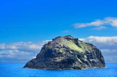 与岩石、天空和海运的横向。 免版税库存照片
