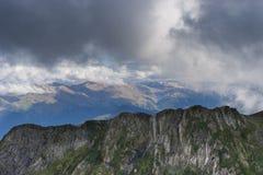 与岩石倾斜的山风景在Krasnaya Polyana 库存图片