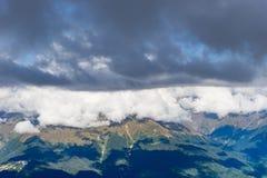 与岩石倾斜的山风景在Krasnaya Polyana 免版税库存照片