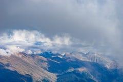 与岩石倾斜的山风景在Krasnaya Polyana 库存照片