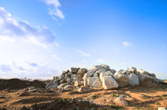 与岩石冰砾石头小山的贫瘠风景  库存照片