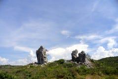 与岩石和云彩的横向 免版税库存图片