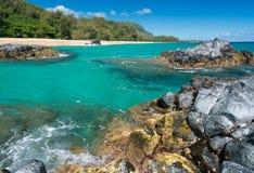 与岩石和冲浪者的Lumahai海滩考艾岛 库存图片