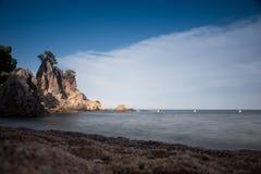 与岩石和天空的海滩 库存照片