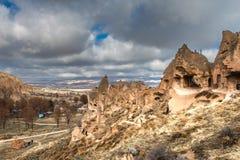 与岩石和岩石的惊人的风景在卡帕多细亚,土耳其,由从世界的游人爱并且参观 库存照片