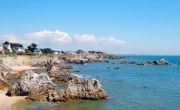 与岩石和房子的法国海岸 免版税图库摄影