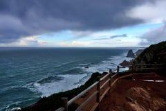 与岩石和泡沫的发怒的海洋水 免版税库存图片