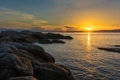 与岩石和海洋的日落 免版税库存图片
