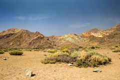 与岩石和灌木的火山的风景在泰德峰国家公园,特内里费岛,西班牙 库存图片