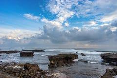 与岩石和石头的海岸线 库存图片