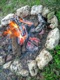 与岩石圈子的营火 图库摄影