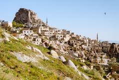 与岩石城堡和气球的卡帕多细亚风景 库存图片