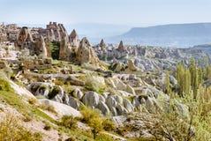 与岩石城堡和气球的卡帕多细亚风景 库存照片