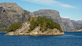 与岩石海岛的挪威海湾风景在一个晴天 图库摄影