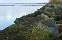 与岩石海岸的海湾 免版税库存图片