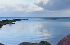 与岩石海岸的海湾 库存图片