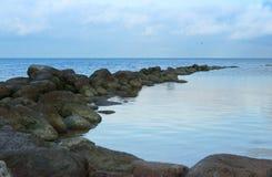 与岩石海岸的海湾 免版税库存照片