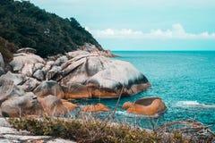 与岩石海岸的海视图 库存照片