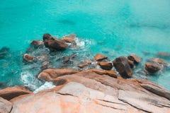 与岩石海岸的海视图 免版税图库摄影