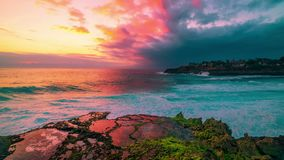 与岩石海岸的Timelapse天蓝色的海滩和印度洋清楚的水日落的在海岛努沙Lembongan,巴厘岛 股票视频