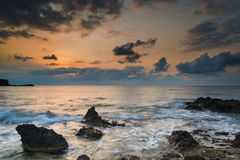 与岩石海岸线和长前的惊人的风景黎明日出 库存图片