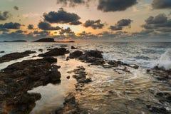 与岩石海岸线和长的exp的惊人的风景黎明日出 免版税库存图片