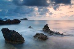 与岩石海岸线和长的exp的惊人的风景黎明日出 图库摄影