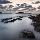与岩石海岸线和长的exp的惊人的landscapedawn日出 免版税库存照片