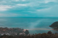 与岩石海岸观点的海视图 免版税库存照片