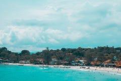 与岩石海岸观点的海视图 免版税图库摄影