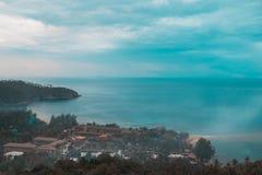 与岩石海岸观点的海视图 库存图片