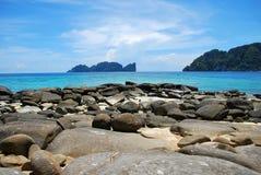 与岩石海滩海岸的美丽的页海岛krabi 免版税库存图片