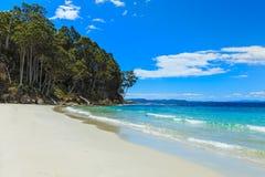 与岩石点的天堂般的田园诗海滩 免版税图库摄影