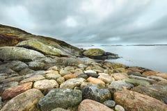 与岩石的剧烈的多云天空 免版税库存图片
