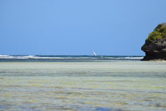 与岩石的印度洋图象 免版税图库摄影