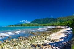与岩石的埃利斯海滩临近棕榈小海湾,昆士兰,澳大利亚 免版税图库摄影