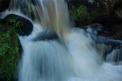 与岩石的小瀑布 图库摄影