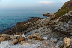 与岩石的惊人的日落视图在Thassos镇,希腊海  免版税库存图片