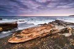 与岩石的暮色海景 免版税库存图片